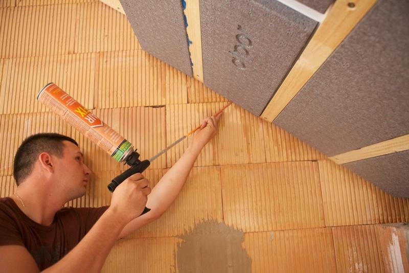 Bauanschlussfugen zu alpor Untersparren-Dämmung luftdicht einschäumen